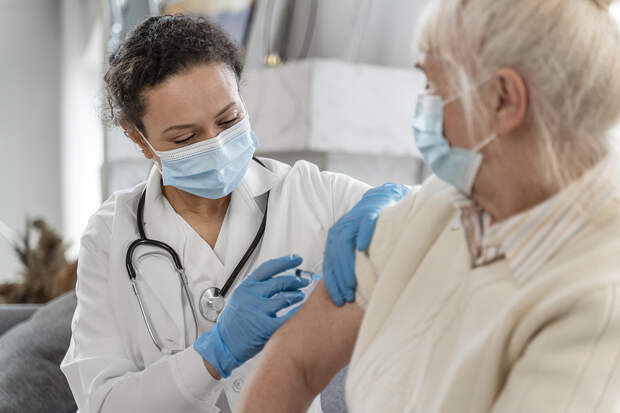 Половина россиян одобрила обязательную вакцинацию
