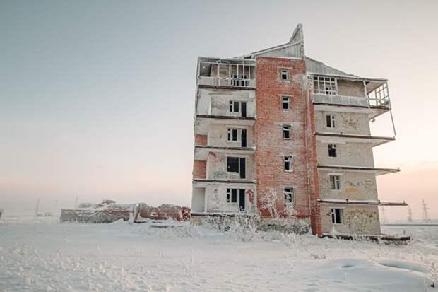 Когда-то в Воркуте, по всей видимости, пытались строить новые, нетиповые дома, но покупателей на них не нашлось