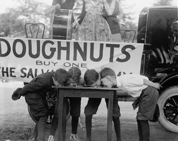 Дети едят пончики на скорость, 1922.