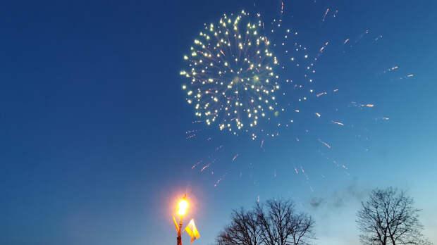 Празднование Дня Победы в Кронштадте завершилось красочным салютом