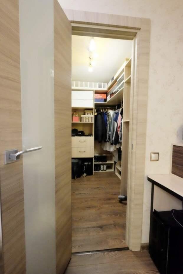 На месте старой кладовки удалось организовать гардеробную. | Фото: prosto-ma-ma.ru.