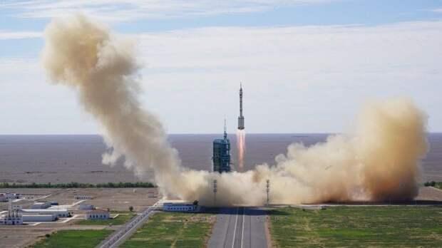 Китай успешно запустил пилотируемый корабль «Шэньчжоу-12» стремя космонавтами