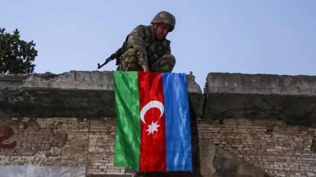 Азербайджанский солдат вывешивает флаг в Джебраиле