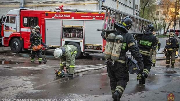 Тушение пожара в Южнопортовом / Фото: пресс-служба МЧС