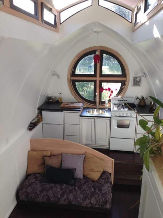 Множество окон, расположенных на высоте придадут маленькому пространству открытости и объема. | Фото: pinterest.com.