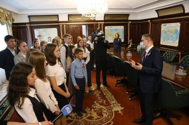 Алексей Текслер вручил паспорта юным южноуральцам