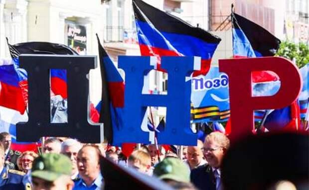 На фото: участники праздничного шествия по случаю Дня Республики