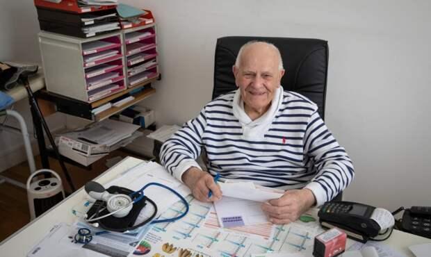 «Как я могу их оставить — в районе 3 доктора». Во Франции 99-летний врач лечит больных с COVID-19