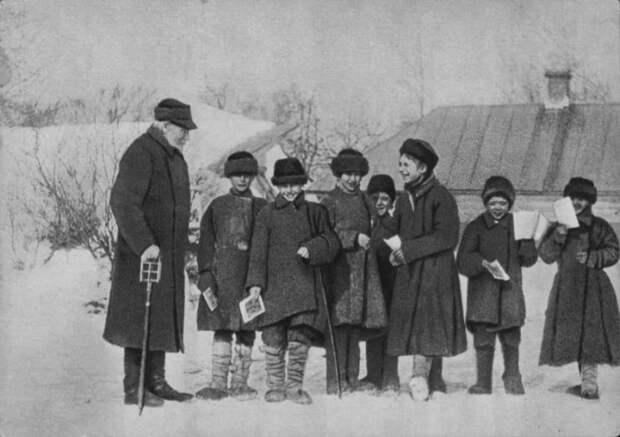 Лев Толстой заботился о своих крестьянах и даже открыл для детей школу. /Фото: 187011.selcdn.ru