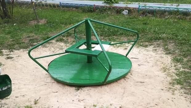 В Подольске отремонтировали карусель на детской площадке по просьбе жительницы