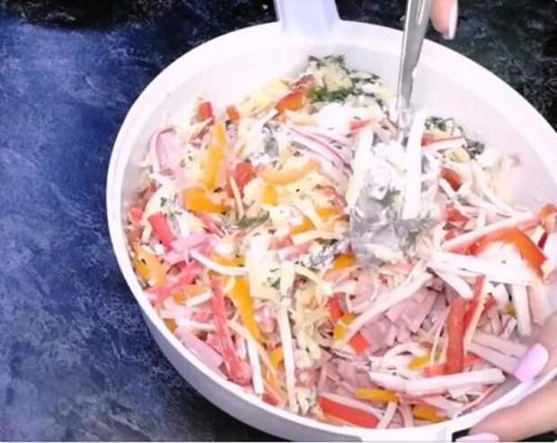 У подруги попробовала новый салат из крабовых палочек: никаких кукурузы, риса и капусты