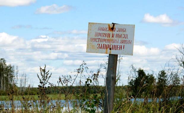 Карачай Здесь неподалеку когда-то стоял завод по производству ядерного вооружения. Само озеро использовалось в качестве свалки «горячих» отходов. В 1957 году взрыв на заводе раскидал радиоактивные частицы в радиусе 23 тысяч километров. Карачай стал настолько опасным, что даже стоять с ним рядом в течение часа — уже смертельно.