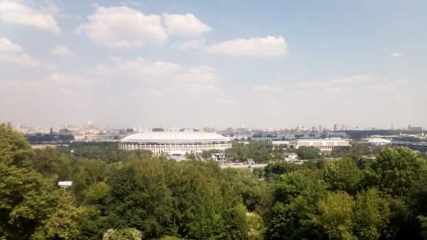 Москвичи записали на видео пожар на пиротехническом складе в районе Лужнецкой набережной