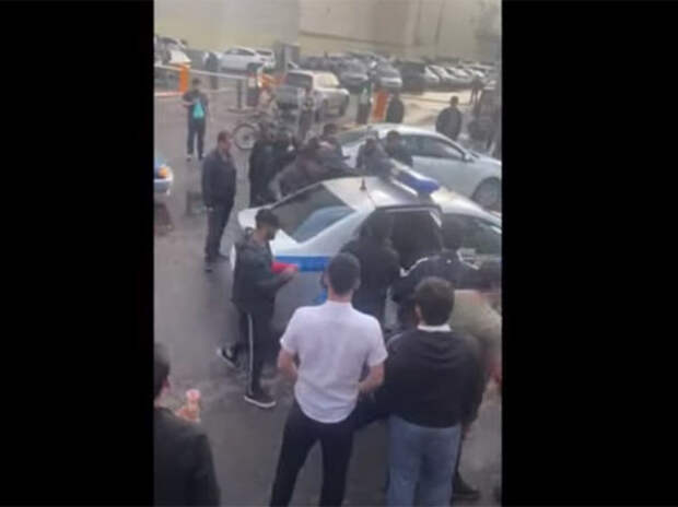 Толпа мигрантов напала на полицейских в Москве: «Отбили земляка»