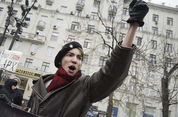 Скандальный активист выстрелил себе в голову на Красной площади. Видео