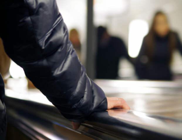 Упавшего под поезд пассажира метро спасли в Петербурге