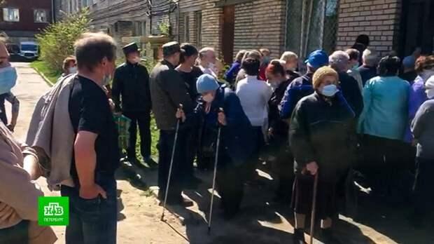 Жители Кингисеппа пожаловались на очередь за прививкой от коронавируса