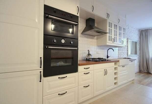 белая кухня с черной техникой