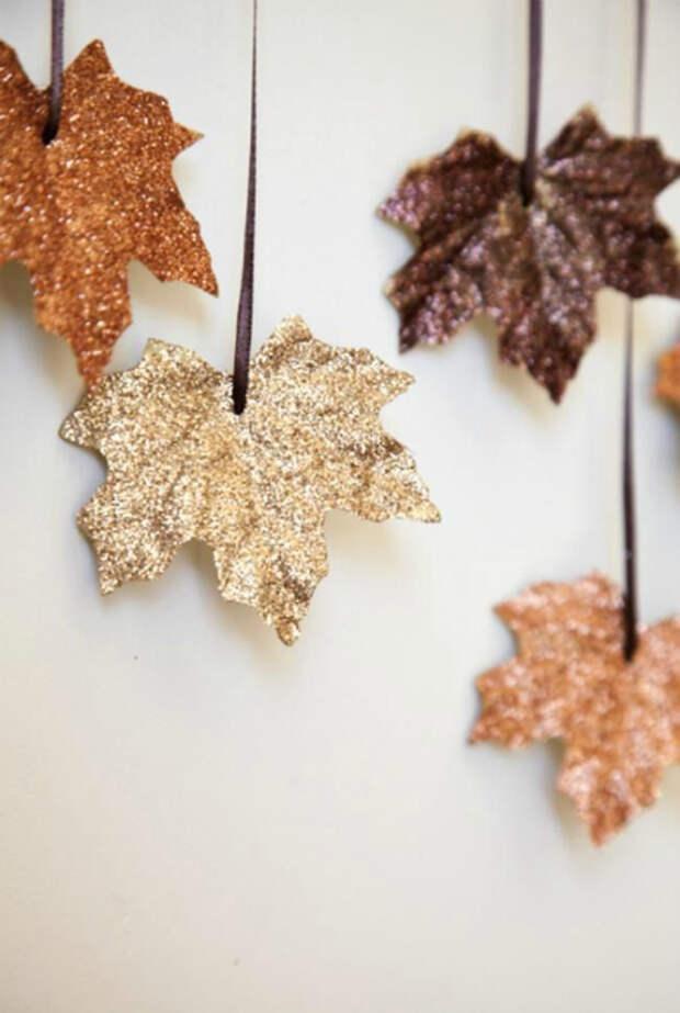 Гирлянда из осенних листьев.