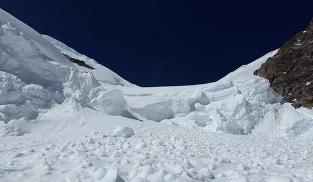 В Швейцарии спасателям удалось достать из-под лавины четырех человек