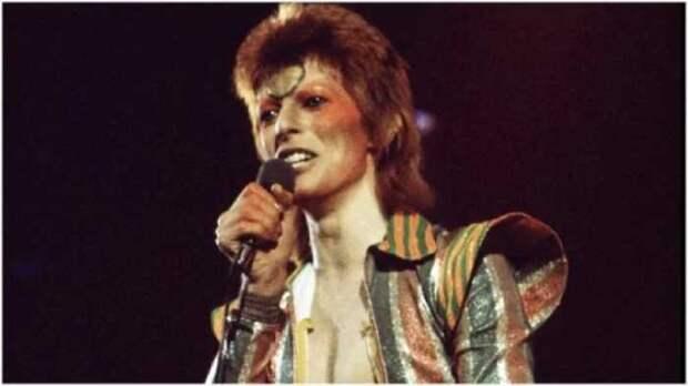 Дэвид Боуи во время турне Ziggy Stardust / Aladdin Sane в 1973 году.