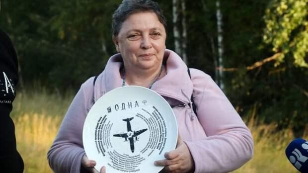 лариса савицкая с тарелкой в руках
