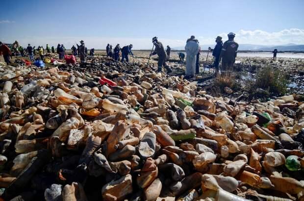 Пластик вместо воды: чиновники взялись за очистку озераУру-Уру в Боливии