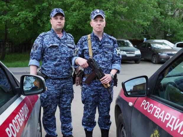 Бойцы Росгвардии задержали бегавшего по Муравской мужчину с топором