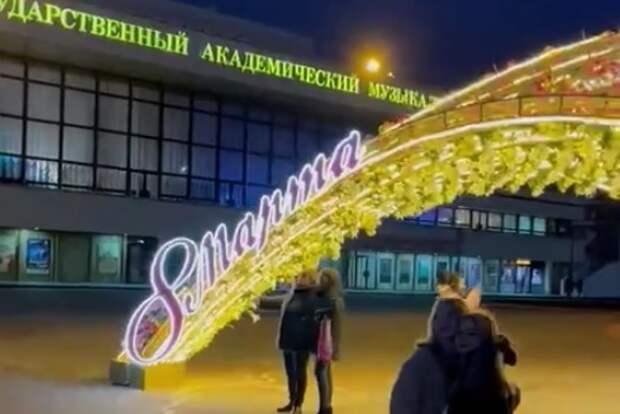 В центре Симферополя установили праздничную инсталляцию