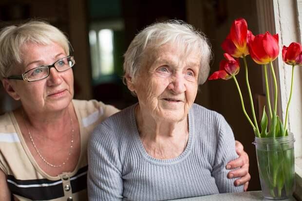 пожилая мать и дочь