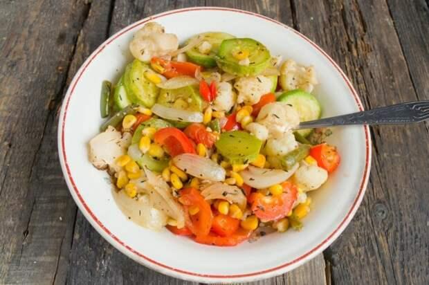 Запекаем овощи в духовке 30 минут при температуре 210 градусов