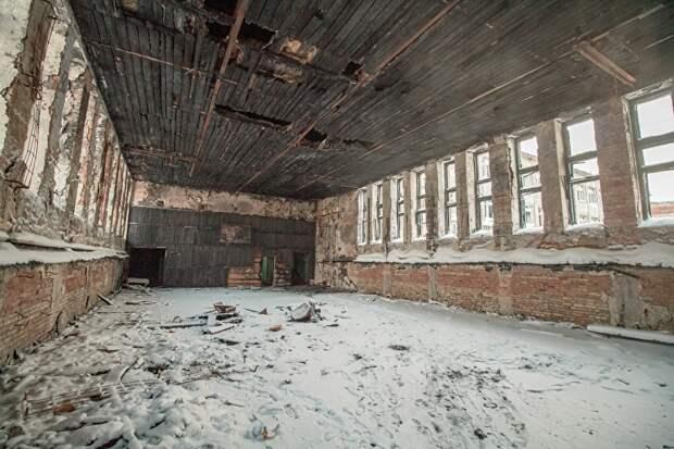 Заброшенные здания страдают от пожаров, которые начинаются иногда случайно, а иногда — специально, как, подозревают жители, в спортзале бывшей школы № 16 Вокруты