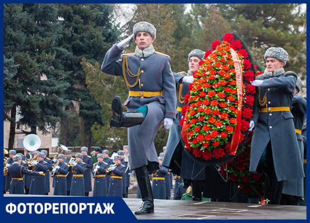 Красные гвоздики к мемориалу «Павшим воинам»: в Ростове отпраздновали День защитника Отечества