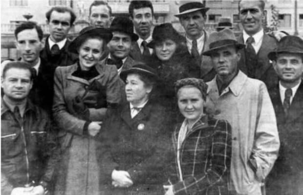 Фронтовая бригада МХАТ, 1942 год (в центре – Алла Тарасова и Анастасия Зуева).