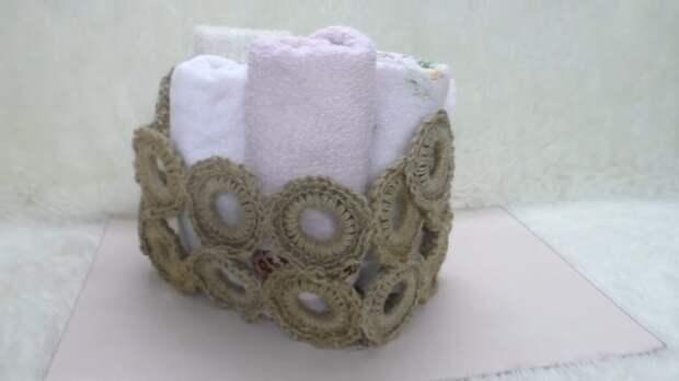 Мастерица обвязывает кольца от гардины джутом для прелестного результата