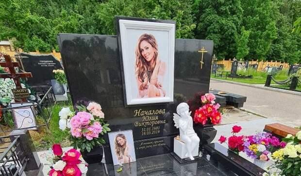 «Боятся, что она выйдет из-под земли»: подруга шокировала причиной заливки бетоном могилы Началовой