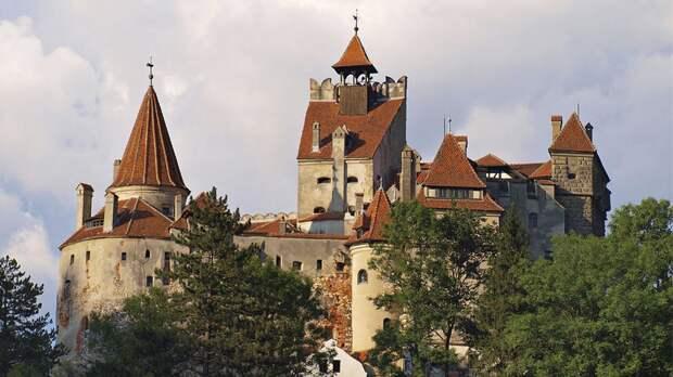 Жителей Румынии начали прививать от COVID-19 в замке Дракулы