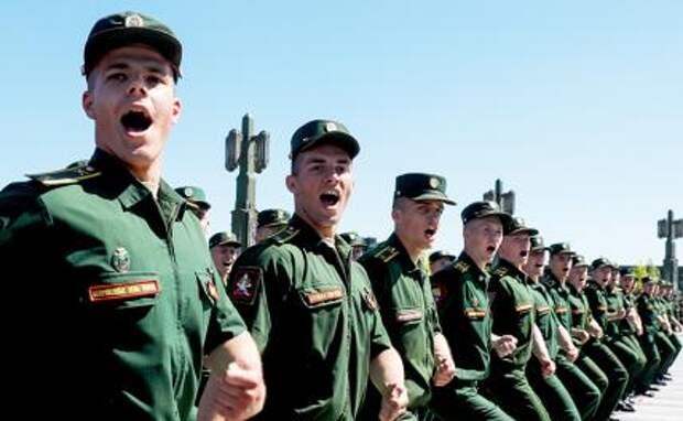 На фото: курсанты Военного университета Министерства обороны РФ во время торжественной церемонии выпуска