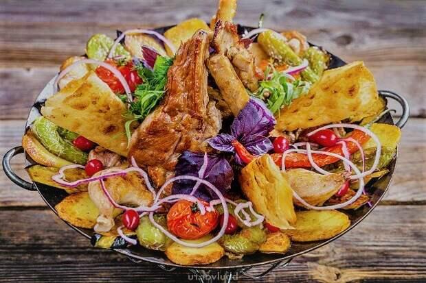 Кавказская сковорода на углях и три вида мяса в блюде. Как готовить садж?