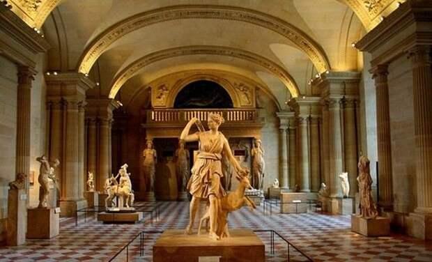 Лувр самый большой и знаменитый музей в мире