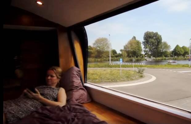 Обзорные окна стали главным украшением спальни. | Фото: youtube.com.