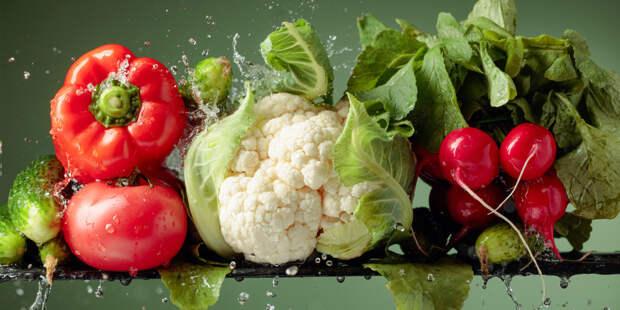 Диетолог: Не переедать в праздники помогут вода и овощи