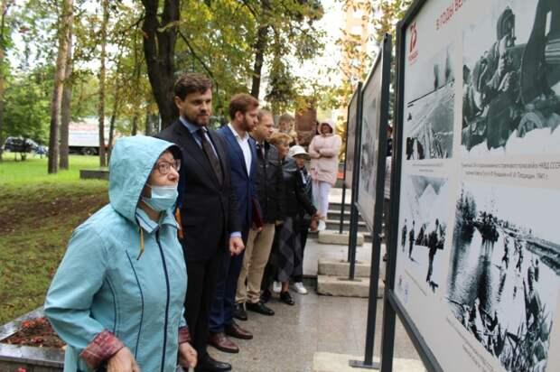 В Некрасовке открылась выставка с уникальными снимками времен ВОВ