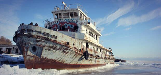 Заброшенное судно и заброшенный порт в Иркутской области