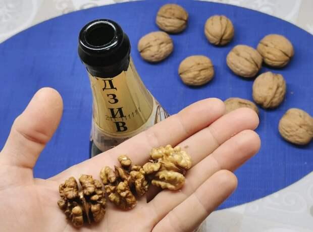 Чищу грецкие орехи при помощи бутылки от шампанского (научился у старого осетина). Ядро остается целым