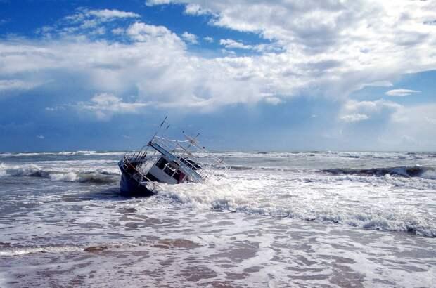 Рыболовецкое судно затонуло в Баренцевом море, ведутся поиски людей