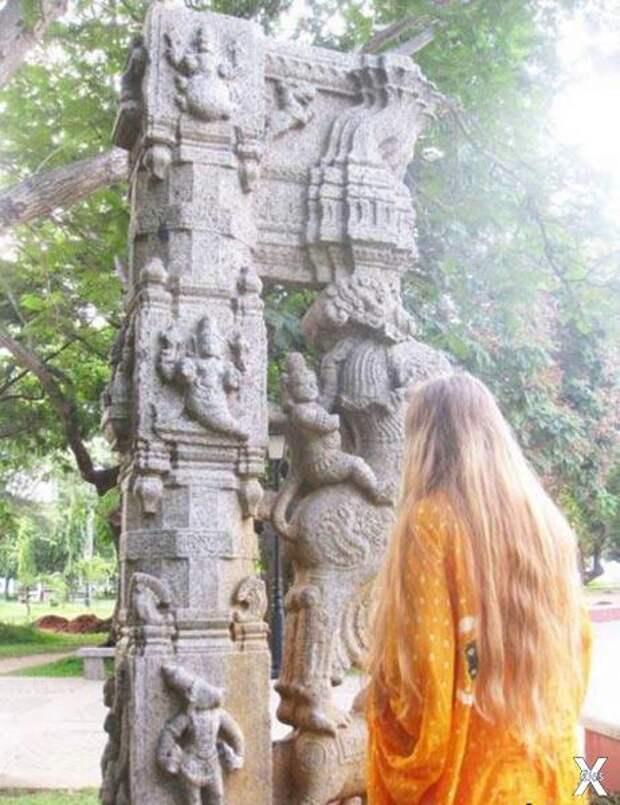 Древняя колонна из индийского города ...