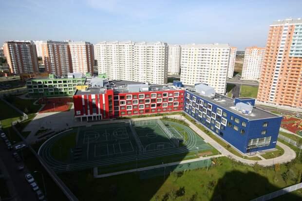 Это М-образное здание - самая большая школа в Москве / Фото: Артур Новосильцев