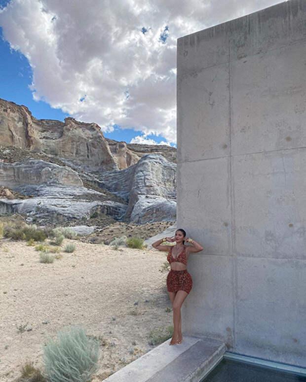 Прогулки над пропастью, фотосессия в пустыне и самая модная одежда: каникулы Кайли Дженнер в Юте