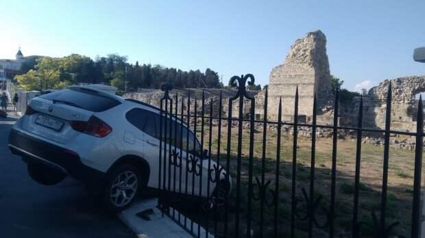Туристка на BMW влетела в забор Херсонеса Таврического